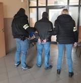 Łódź. Policjanci na giełdzie samochodowej zatrzymali 47-latka, który nielegalnie kopiował i sprzedawał filmy