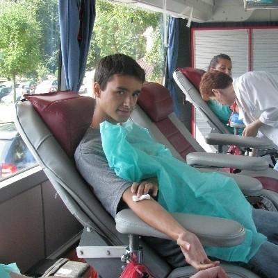 18-letni Damian Popkowski z Łomży oddał w piątek 2 ml krwi do badania genetycznego. Na swoją kolej czekał ponad godzinę, ale wie, że warto.