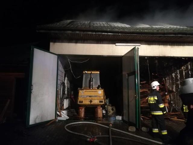 Strażacy otrzymali zgłoszenie o 2. w nocy do pożaru tartaku w miejscowości Stara Rozedranka.