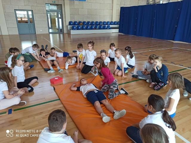 Podczas zajęć uczniowie klasy II B szkoły podstawowej w Białobrzegach poznali podstawowe zasady udzielania pierwszej pomocy.