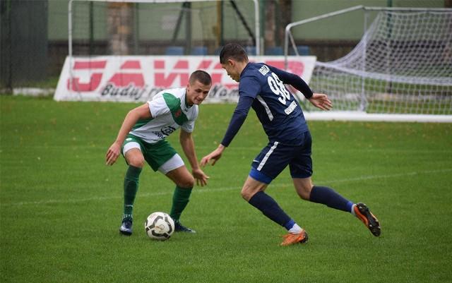Zespół CANPACK Okocimskiego Brzesko(białe koszulki) w ostatniej kolejce przegrał (1:2) na własnym boisku z wyżej notowanym Glinikiem Gorlice.