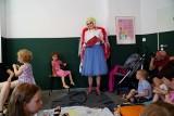 Poznań: Drag queen Lola czytała dzieciom książkę o Adasiu, któremu wyrosły skrzydła [ZDJĘCIA]
