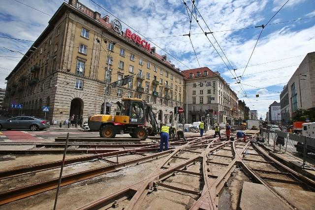 Od dwóch tygodni trwa przebudowa torowiska i rozjazdów na skrzyżowaniu Piłsudskiego i Świdnickiej. Prace w tym miejscu podzielone są na dwa etapy i potrwają do końca lipca.