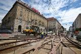 Duży remont torowiska na skrzyżowaniu Piłsudskiego i Świdnickiej. Prace idą pełną parą, tramwaje kursują objazdami (ZDJĘCIA)