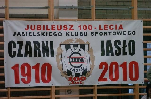 Turniej z okazji 100 - lecia JKS Czarni JasloW Jaśle trwają rozgrywki w halowej pilce noznej z okazji 100 – lecia istnienia klubu JKS Czarni 1910 Jaslo. W sobote i niedziele w hali Gimnazjum nr 1 rywalizowali pilkarze z rocznika 1996 i 1997.