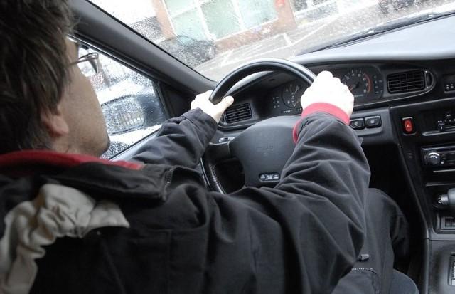 """Przy zmianie auta albo ubezpieczyciela trzeba uważać, by nie wpaść w pułapkę """"podwójnych"""" polis OC."""