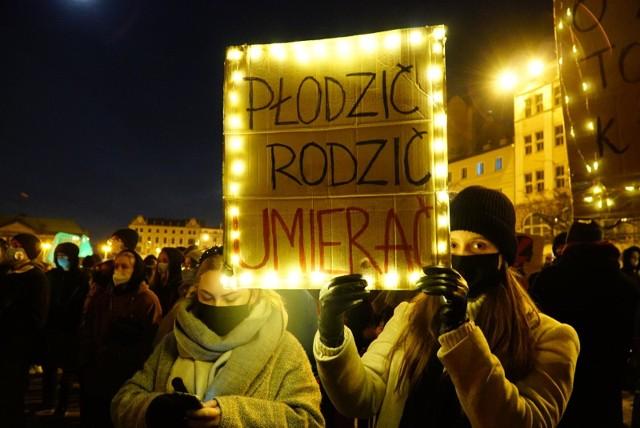 Po wyroku Trybunału Konstytucyjnego w sprawie aborcji kobiety w całej Polsce ponownie wyszły na ulice miast