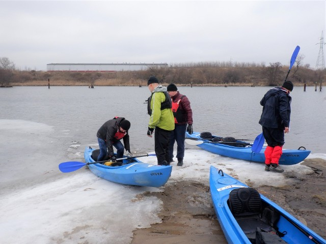 """Na oblodzonym brzegu przystani """"Zimne Wody"""" nad bydgoską Brdą. Stąd do Wisły jest 4,5 km. Na kolejnych zdjęciach przedstawiamy przebieg spływu z klubu RTW """"Lotto - Bydgostia"""" do """"Zimnych Wód"""" i z powrotem"""