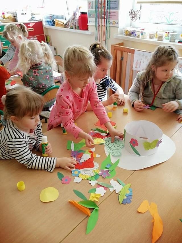 Dzieciaki dekorowały kapelusz pani wiosny. Pierwsze dni marca w szkole w Niedarzynie.