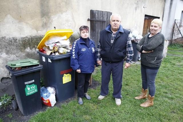 - Płacimy uczciwie za śmieci segregujemy je i jeszcze mamy kłopot  z ich odbiorem - skarżą się Beata Łakomska (pierwsza z lewej) Waldemar Łagoda i Beata Mandziuk.