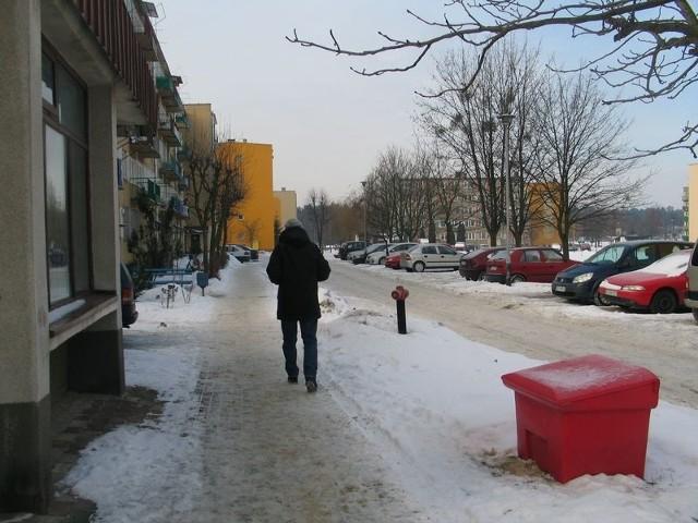 Po ostatniej odwilży chodniki i parkingi w Nowej Dębie są przejezdne. Jednak zdaniem części tamtejszych radnych w sytuacjach kryzysowych, kiedy zwały śniegu blokują przejście chodnikami, do akcji ośnieżania należy włączyć więźniów lub strażaków z OSP