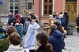 Bielsko-Biała. Święcenie pokarmów w katedrze św. Mikołaja. Zgodnie z zaleceniami wierni z koszyczkami stali na zewnątrz kościoła