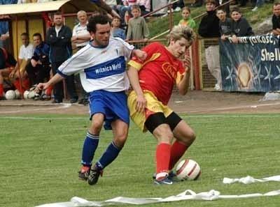 Podczas wygranego meczu z GKP Gorzów, który zadecydował o awansie do III ligi, wydawało się, że wszystko w klubie jest poukładane. O piłkę walczą: świebodzinianin Paweł Posmyk (z prawej) i Krzysztof Pszczółkowski.