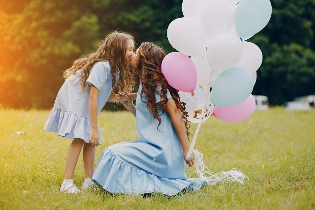 W ten piękny i radosny dzieńpragnę złożyć Ci, Mamo,najserdeczniejsze życzenia:długich lat w zdrowiu,szczęścia i wszelkiej pomyślności,spełnienia najskrytszych pragnień,samych cudownych chwil w życiui zawsze pociechy ze mnie.
