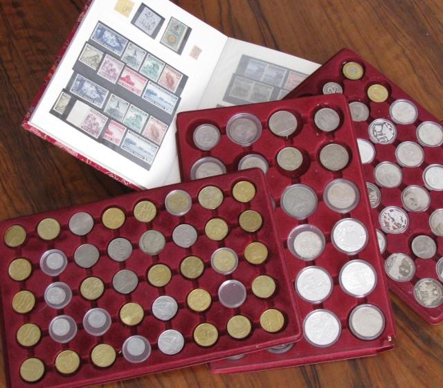 Każda moneta jest skatalogowana. Katalogi kupimy np. w sklepach numizmatycznych – na ich podstawie najłatwiej ocenić wartość konkretnego egzemplarza na wolnym rynku kolekcjonerskim.