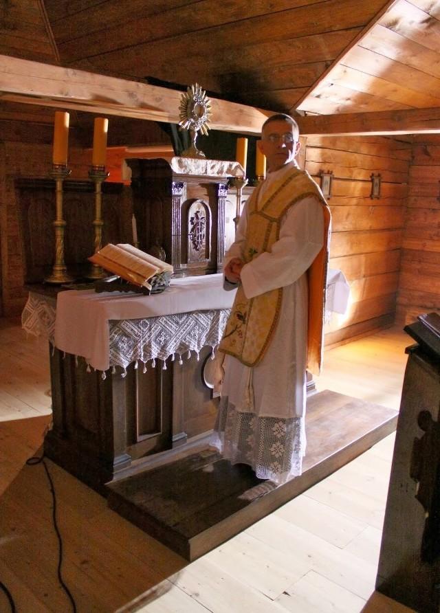 Scenę pojmania ks. Sitki (w tej roli Krzysztof Gucwa) nagrano w spichlerzu w Ryglicach przy oryginalnym ołtarzu z kaplicy w Błoniu