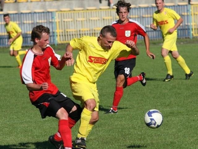 Piłkarze Stali Nowa Dęba (czerwono-białe koszulki) są liderem tabeli czwartej ligi podkarpackiej, wygrali drugi mecz z rzędu.