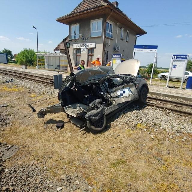 Do wypadku doszło około godz. 9.45. Osobowy fiat wjechał na przejazd w Jeżewie, przy przystanku kolejowym Dąbrowy. W bok auta uderzył rozpędzony pociąg relacji Słupsk - Bydgoszcz Główna.---->