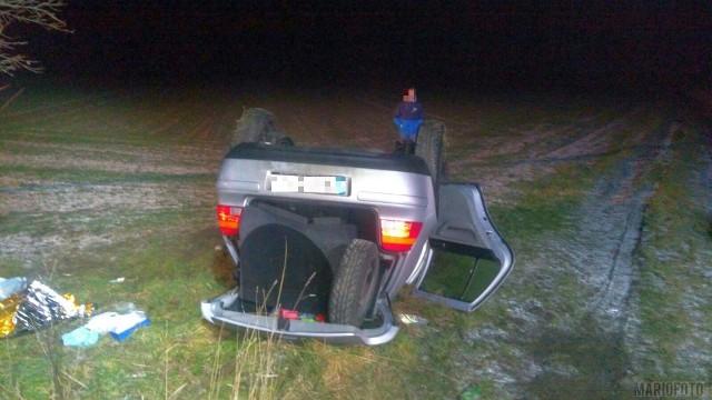 Wypadek na drodze lokalnej w Sidzinie w powiecie nyskim. Po godzinie 19.00 dachował tam volkswagen golf, którym jechało pięć osób. Trzy osoby zostałe zabrane przez karetkę pogotowia do szpitala. Policja wyjaśnia okoliczności wypadku.
