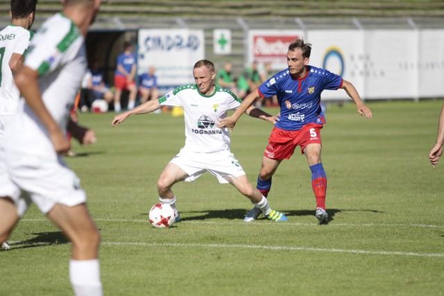 Rafał Niziołek (z prawej) w swoim ligowym debiucie w barwach Odry zagrał bardzo dobrze. Kierował on w środku pola grą niebiesko-czerwonych. Obok Paweł Sasin z Górnika.