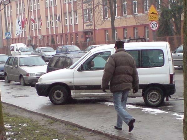 Pan Piotr i wielu mieszkańców ulicy Broniewskiego denerwuje się, że miejsca parkingowe przed jego blokiem są prawie zawsze zastawione. Często zdarza się też, że kierowcy parkują na chodnikach.
