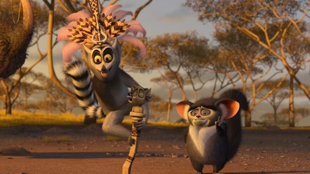 """""""Mafadaskar II""""Grupa uciekinierów z nowojorskiego ZOO - lew Alex, zebra Marty, żyrafa Melman i hipopotamica Gloria - przebywa na Madagaskarze. Trafili tam przez przypadek i nie czują się najlepiej. Najchętniej wróciliby do nowojorskiego zoo, gdzie byli gwiazdami uwielbianymi przez tłumy, mieli dobre wyżywienie i opiekę medyczną. Nadarza się okazja do powrotu, kiedy pingwiny Skipper, Kowalski, Szeregowy i Rico naprawiają stary samolot, który przed laty rozbił się na wyspie. Jednak lot nie trwa wystarczająco długo. Jeden z silników przestaje działać, drugi zapala się. Załoga musi awaryjnie lądować, jak się okazuje w najdzikszych rejonach Afryki. Lew, zebra, hipopotamica i żyrafa mają w końcu okazję poznać swoich współbraci żyjących w naturalnych warunkach. Czarny Kontynent jawi się zwierzętom na tyle atrakcyjny, że tracą przekonanie o słuszności idei powrotu w cieplarniane warunki ogrodu zoologicznego.  Emisja: TVN, godz. 20:00"""