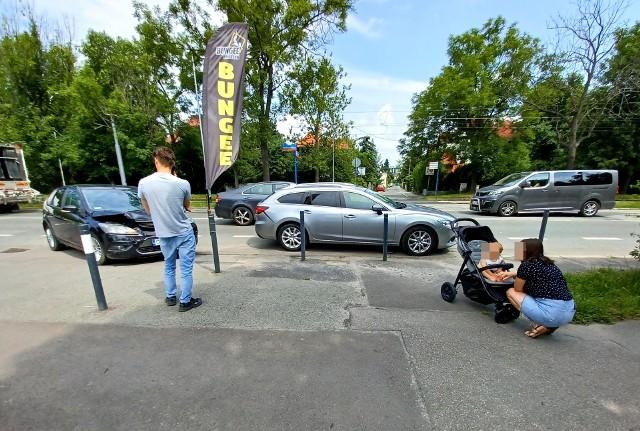 Wypadek przy wrocławskim Zoo. Zderzyły się dwa samochody
