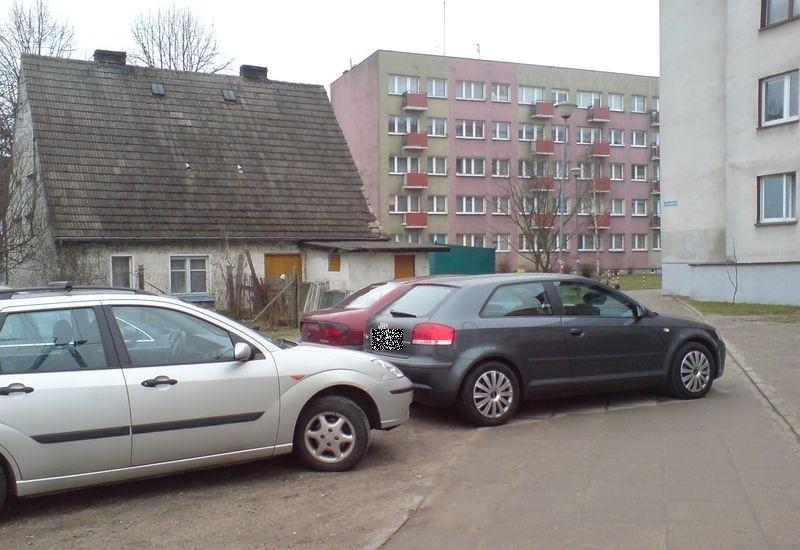 Samochody nieprawidłowo zaparkowane na chodniku przy ul. Chełmońskiego 7, kilka minut po godz. 9.