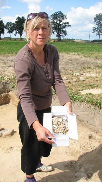 Jolanta Szatkowska-Łoś pokazuje pozostałości kości, które zostaną przebadane przez antropologów