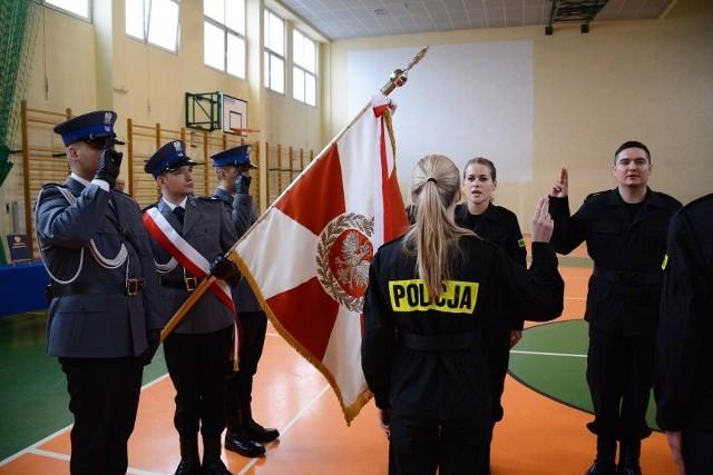 Ślubowanie nowych policjantów w Łodzi. Nagroda od policjantów dla Mikołaja