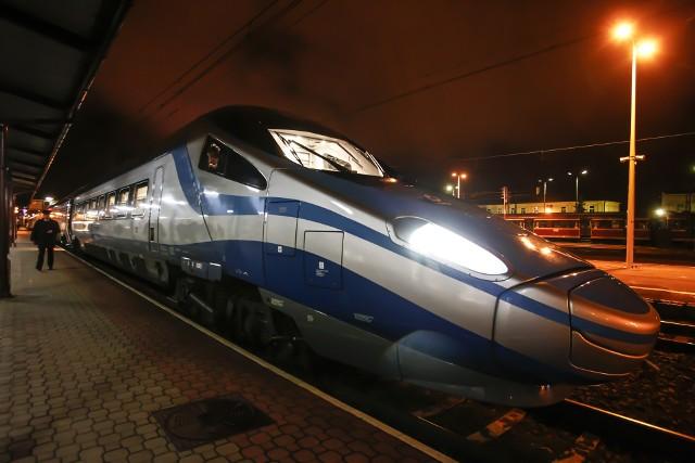 Pociągi mają dojechać do stacji docelowych zgodnie z rozkładem pomimo teoretycznego, godzinnego opóźnienia.