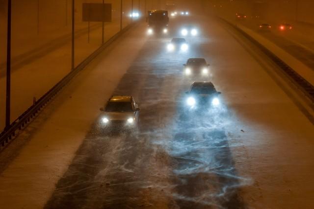 Środa na kujawsko-pomorskich drogach może być niebezpieczna. Policja radzi zostawić auta w garażach lub na parkingach.