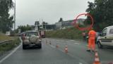 Wypadek na zakręcie mistrzów w Sosnowcu. Samochód wypadł z drogi na ogrodzenie salonu samochodowego