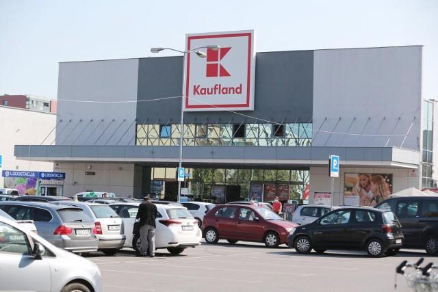 """Kaufland zapowiedział, że we wszystkich sklepach będzie można odebrać przesyłki. Na razie sieć nie podjęła decyzji o otwarciu w niedziele, ale jak przyznaje, """"furtka pozostaje otwarta""""."""