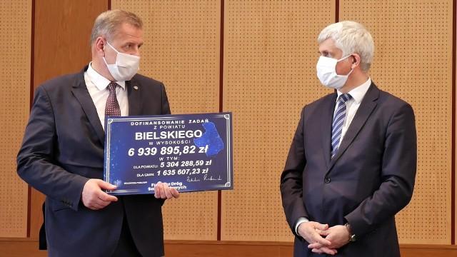 Bohdan Paszkowski wręczył starostom i prezydentom symboliczne czeki na wykonanie inwestycji drogowych w ramach Funduszu Dróg Samorządowych.