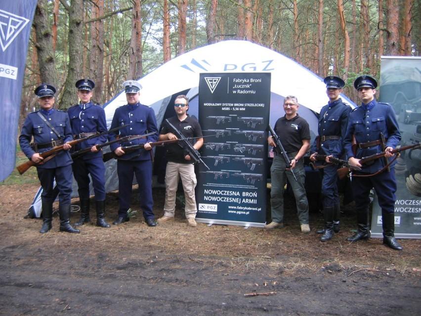 Rekonstruktorzy z Radomia i przedstawiciele Fabryki Broni, prezentowali dawane i nowoczesne uzbrojenie strzeleckie na Pikniku Militarnym w Mniszewie.