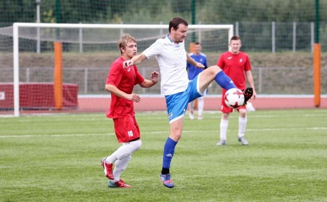 Mateusz Stec (z lewej) próbuje zatrzymać Andrija Malyka z GKS-u Głuchołazy.