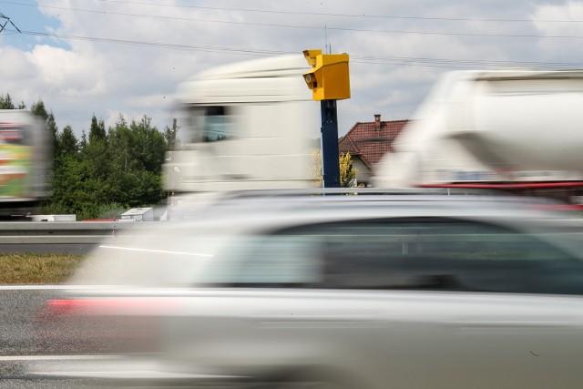 """Na kolejnych zdjęciach mapy z położeniem fotoradarów, liczba przyłapanych wykroczeń i średni """"zarobek"""" dokonany na kierowcach. Dane z półrocza 2020 roku."""