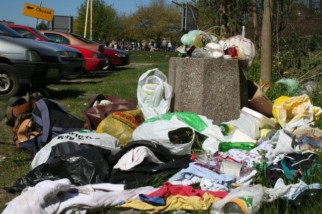 Takich wysypisk śmieci na byłej części garażowiska na Niebuszewie jest bardzo dużo. Najwyższy czas, by odpowiedzialne za czystość tego miejsca wzięły na siebie instytucje, do których teren należy.