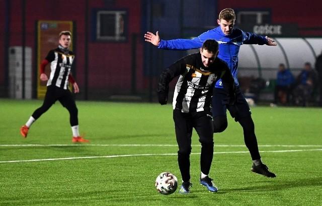 W ten weekend zespoły 4 ligi i niższych rozgrywały tylko sparingi. Na zdjęciu kadr z pojedynku Czarnych Jasło z Igloopolem Dębica.