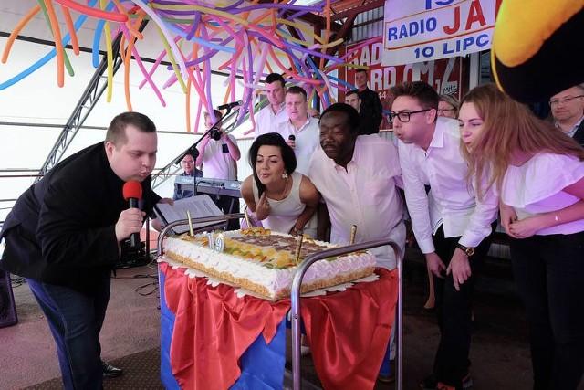 Tak się bawią słuchacze na urodzinach Radia Jard. Co roku jest tort, tańce, zawody w jedzeniu kiszki ziemniaczanej na czas i występy zespołów. W tym roku też będzie się działo!