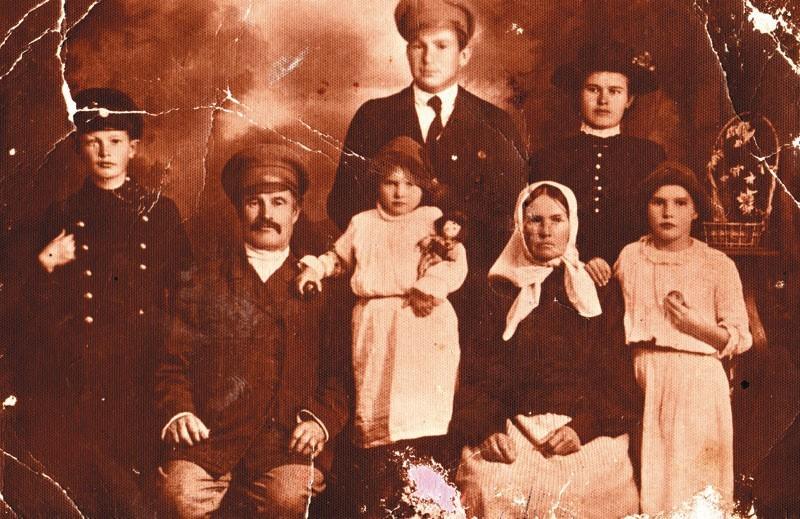 Rodzina Waszkiewiczów. W pierwszym rzędzie, od lewej: syn...