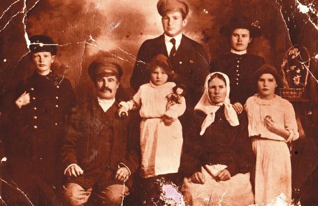 Rodzina Waszkiewiczów. W pierwszym rzędzie, od lewej: syn (imię nieznane), ojciec Jakub, córka Olga, matka Zenobia, córka Maria. Stoją z tyłu: zięć – mąż Krystyny, córka Krystyna. Zdjęcie wykonane ok. 1918 roku, podczas tzw. bieżeństwa.