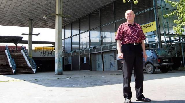 """Jeśli kolej nie potrzebuje już dworca, to powinna przekazać go miastu bezpłatnie – przekonuje Krzysztof Soliński, szef stowarzyszenia """"Po Prostu Razem"""". Apeluje do PKP o odwołanie przetargu"""