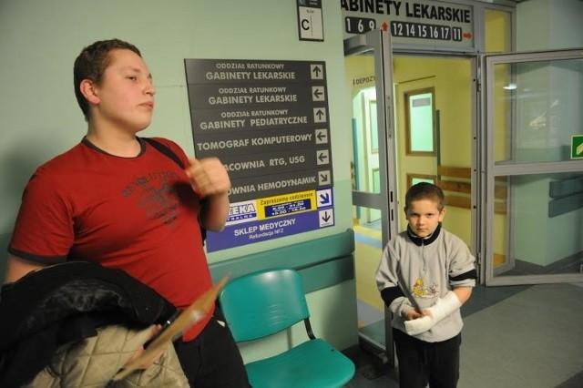 Dawid Moc z 6-letnim siostrzeńcem dostali kod zielony. Musieli czekać, ich zdaniem - za długo. Lekarze tłumaczą, że na tym właśnie polega system: kolor zielony ustawia pacjentów na końcu kolejki.