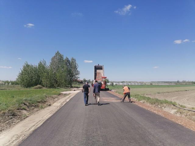 Remont drogi Bukówno - Młodynie Dolne dobiega końca. Układany jest asfalt, wykonano zjazdy i pobocza z kruszywa.