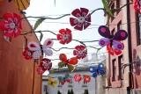W Browarze Perła już wiosna! Między budynkami zawisły kwiaty, a przy nich przycupnęły kolorowe motyle. Zobacz zdjęcia