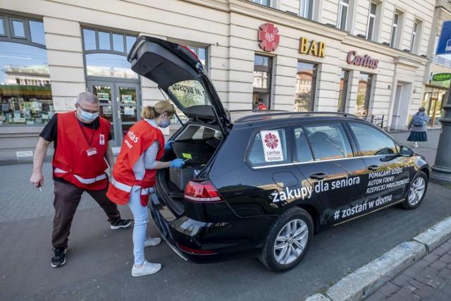"""W czasie epidemii koronawirusa Caritas Archidiecezji Poznańskiej powołał wolontariat kryzysowy, by wspierać najsłabszych, którzy są najbardziej narażeni na zarażenie. W ramach akcji """"Pomoc dla seniora"""" wolontariusze  robią zakupy i dostarczają je pod wskazany adres. Natomiast od 20 kwietnia każdy senior może zamówić sobie obiad z darmową dostawą do domu. Posiłek jeszcze tego samego dnia trafia do zamawiającego"""