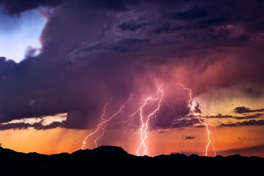 1. W okresie burzowym sprawdzaj lokalną prognozę pogody -...