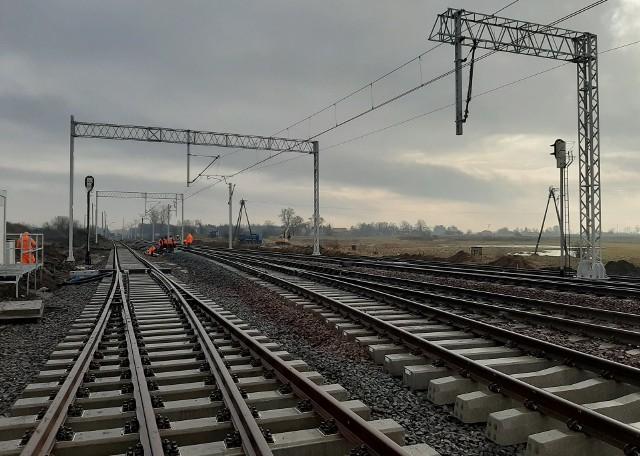 Na całej trasie z Łodzi do Kutna torowisko wymieniane jest na nowe.